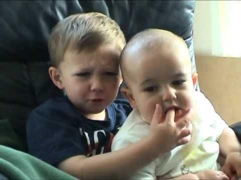 【7億回も再生】「チャーリー(弟)がボクの指を噛んだ!」癒される♪