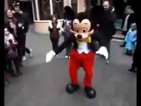 【衝撃映像】ダンス少年とミッキーマウスのダンスバトルが想像以上の動きだった!